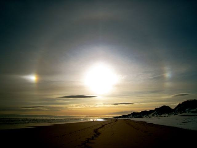 "<img src=""icehalo.jpg"" alt=""Ice halo above Foveran beach"">"
