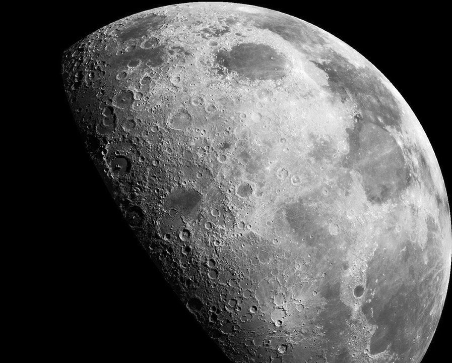 "<img src=""moon.jpg"" alt=""A close-up of the earth's moon"">"