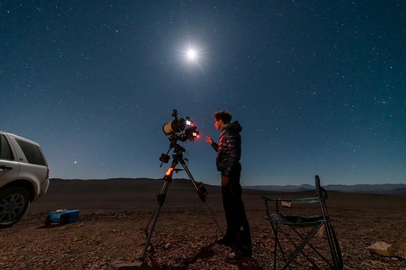 astronomer-man-looking-the-night-sky_abriendomundo_shutterstock