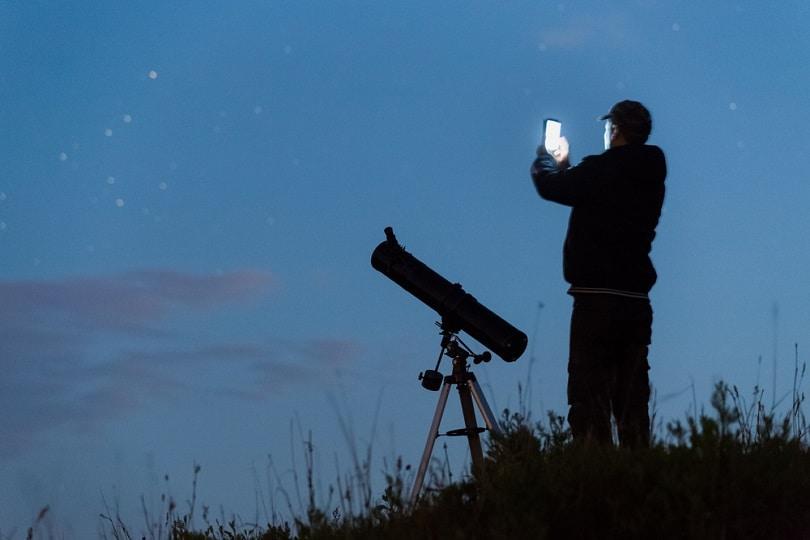 telescope-using-a-smartphone_XONIX_shutterstock